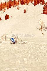 Zwei Stuehle stehen im Schnee
