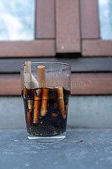 Zigarettenstummel im Glas