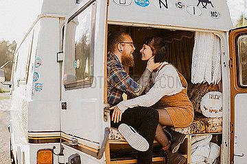 Verliebtes Paar im Van