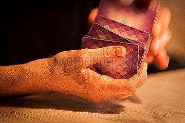 Frau mischt die Karten