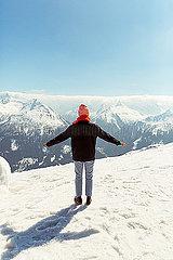 Frau blickt auf die Berge