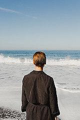 Frau blickt aufs Meer