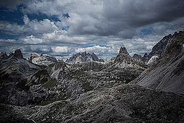 Dunkle Wolken ueber Bergkette in den Dolomiten