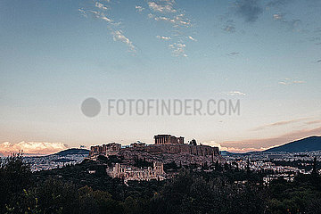 Blick auf Athen und die Akropolis im Sonneruntergang