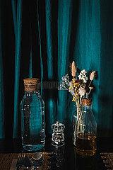 Blumenstrauss und Glasflaschen