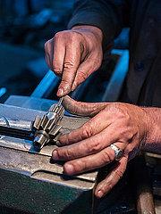 Herstellung von einem Zahnrad in Handarbeit in einer Stahlfabrik