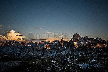 Bergkette in den Dolomiten bei Sonnenuntergang