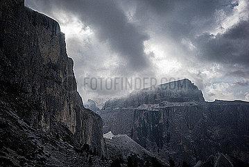 Dramatischer Himmel ueber den Dolomiten