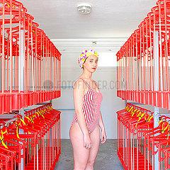 Junge Frau mit Badekappe in einer Badeanstalt p1521m2081639