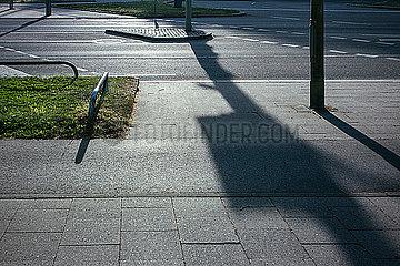 Schlagschatten ueber Asphalt an Strassenkreuzung p728m2081648