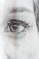 Zeitung  Auge einer Frau p265m2071271