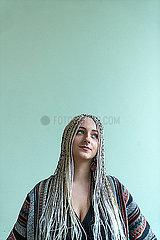 Frau mit Dreadlocks p427m2076117