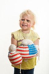 Maedchen mit Boxhandschuhen p236m2072642