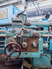 Industriehalle mit einer Schiffsschraube p390m2076234