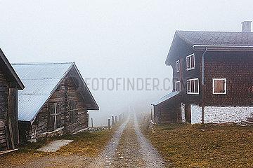 Dorf im Nebel p1177m2076539