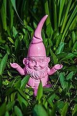 Gartenzwerg meditierend in der Natur p045m2081685