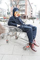 Clown sitzt im Einkaufswagen p075m2071220