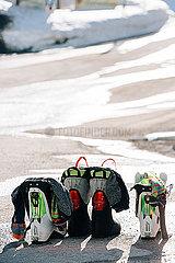 Skistiefel lueften in der Sonne p432m2081657