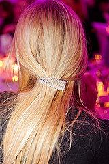 Blonde Frau mit Haarspange im Haar p432m2076591