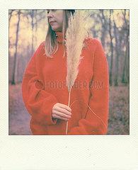 Frau in grossem rotem Pullover p979m2076992