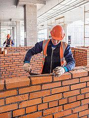 Rohbauarbeiten auf einer Baustelle mit Bauarbeitern p390m2076202