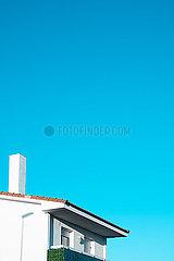 Weisses Haus vor blauem Himmel p1423m2076793
