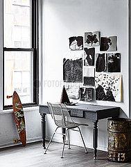 Schreibtisch und Stuhl