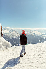 Frau geht im Schnee spazieren