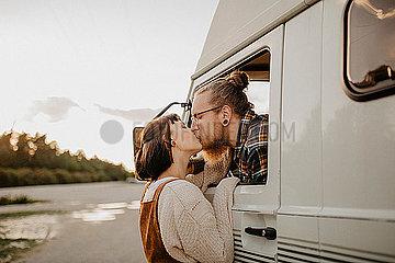 Verliebtes Paar auf Tour