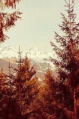 Blick auf schneebedeckte Berge