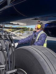 Bodenpersonal beim Pruefen eines Flugzeuges