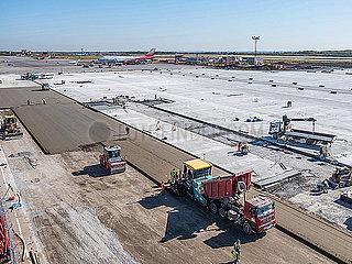 Baustelle auf einem Flughafen mit Erneuerung der Rollbahn