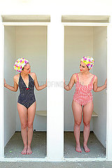 Zwei junge Frauen in Umkleidekabinen