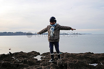 Kleiner Junge am Meer
