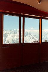 Blic aus dem Fenster auf Berge