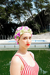 Junge Frau mit Badekappe