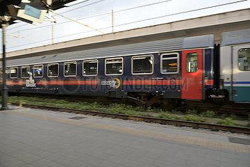 Nachtzug (Intercity Notte) faehrt in Lecce ab.