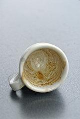 Espressotasse ausgetrunken auf Metalltisch.