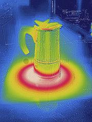 Waerembild eines Kaffeekochers auf einer Herdplatte. nusko_007873_726-B