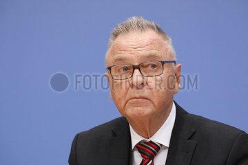 Bundespressekonferenz zum Thema: Gutachten zum Solidaritaetszuschlag  360-berlin