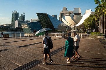Singapur  Republik Singapur  Touristen an der Uferpromenade in Marina Bay