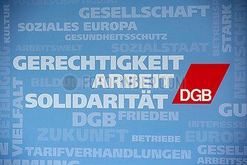 Berlin  Deutschland - Logowand des DGB mit Worten und Begriffen aus Politik und Wirtschaft.