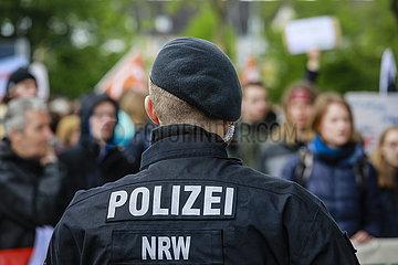 Polizist im Einsatz  Fridays for Future Demonstration  Essen  Ruhrgebiet  Nordrhein-Westfalen  Deutschland