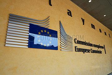 Bruessel  Region Bruessel-Hauptstadt  Belgien - Logo der EU Kommission am Berlaymont-Gebaeude im Europaviertel.