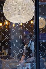 Polen  Poznan - Kellnerin  Blick durch Fenster eines Restaurants