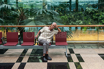 Singapur  Republik Singapur  Nickerchen am Flughafen Changi