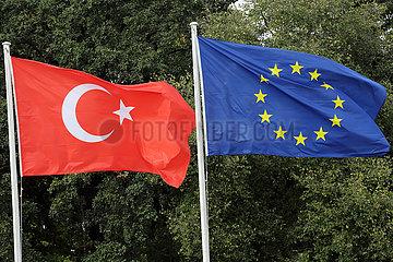 Berlin  Deutschland  Nationalfahne der Tuerkei und die Europafahne