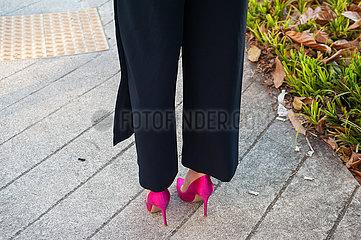 Singapur  Republik Singapur  Frau mit rosa Stoeckelschuhen