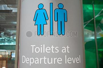 Singapur  Republik Singapur  Schild fuer Toiletten am Flughafen Changi