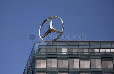 Berlin  Deutschland  Mercedes-Stern auf dem Dach des Verwaltungsgebaeudes des Mercedes-Benz-Vertriebs Deutschland